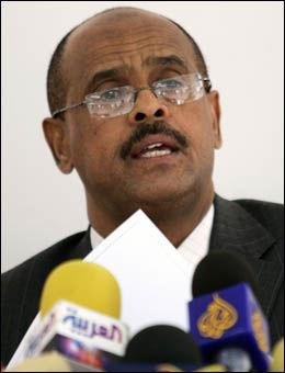 Nestleder av luftfartsmyndighetene i Jemen, Muhammed Abdul-Rahman Abdul-Qader, holdt pressekonferanse i Jemens hovedstad Sana tirsdag. Foto: REUTERS