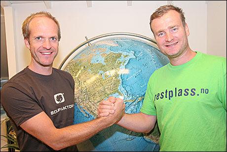 FUSJONERER: Hans Christian Birkeland (t.v.) og Jason Eckhoff i henholdvis Solfaktor.no og restplass.no slår seg sammen g blir en av Norges ledende nettreisebyråer. Foto: Restplass.no AS/Solfaktor AS