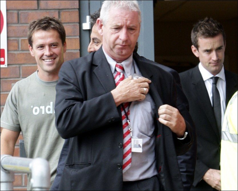 SMILTE: Michael Owen smilte på vei ut fra den medisinske testen. Noe senere hadde han signert kontrakt med Manchester United. Foto: Reuters