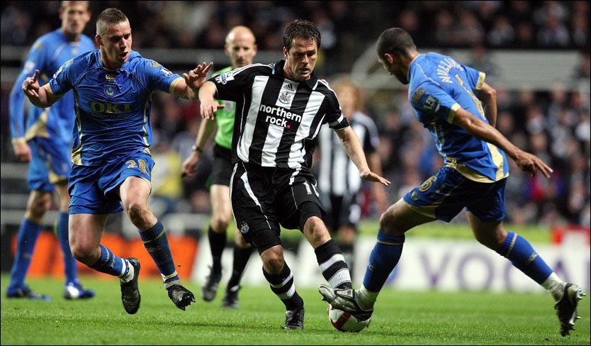 ETTERTRAKTET: Flere klubber har den siste tiden meldt sin interesse for Michael Owen, men noe overraskende er det imidlertid at det er regjerende ligamester Manchester United som ser ut til å kapre spissen. Her er han i aksjon for Newcastle mot Portsmouth i april i år. Foto: AP