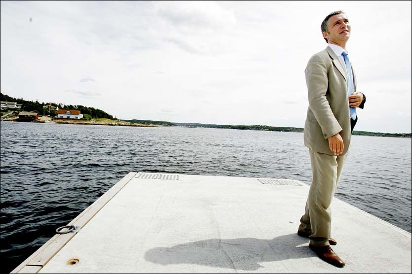 SOMMERFERIE: Jens Stoltenberg håper på strandvær når han ferierer på Hvaler denne månenden. Her fra sommeren 2006. Foto: Scanpix
