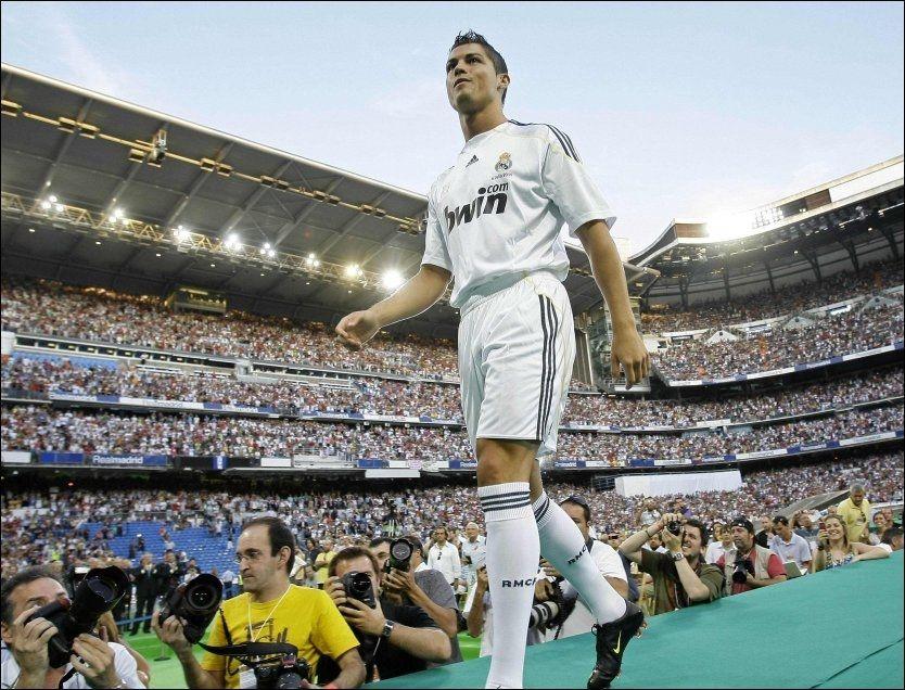 HYLLES: Cristiano Ronaldo ble møtt av et fullsatt Santiago Bernabeu mandag kveld. Foto: Reuters