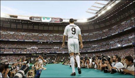 MIDTPUNKTET: Ronaldo entrer Santiago Bernabeu. Foto: Reuters