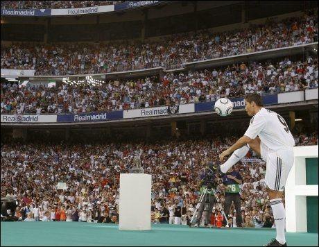 TRIKSER: Ronaldo viste de 80.000 noen enkle triks med ballen. Foto: Reuters
