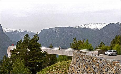 VEKKER OPPSIKT: Utsiktspunktet Stegastein over Aurlandsfjorden har vekket både nasjonal og internasjonal oppsikt siden det ble åpnet i 2006. Den 30 meter lange utstikkeren henger 640 meter over havet. Foto: C.H/Innovasjon Norge