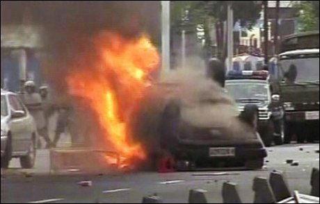 I FYR: Flere hundre biler skal ha blitt veltet og tent på i opptøyene i Urumqi. Foto: Reuters