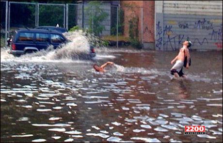 VEI-BAD: Disse gutta tok seg en svømmetur i Akersbakken i Oslo etter det kraftige regnværet fredag i forrige uke. Denne uken må du forberede deg på mer regn. Foto: VG Nett-tipser