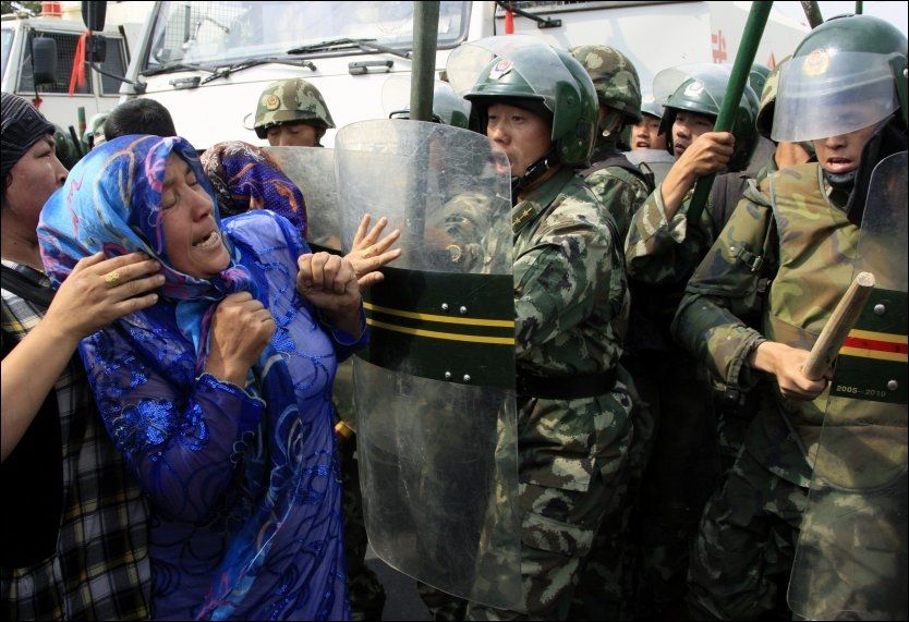 HARDE KAMPER: Minst 200 er drept og 1.700 såret etter sammenstøtene mellom demonstranter og kinesisk politi i Xinjiang-provinsen. Foto: REUTERS