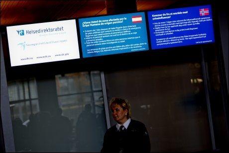 Informasjon fra Helsedirektoratet om svineinfluensaen vises på skjermer på Oslo lufthavn Gardermoen. Informasjonstavler. Foto: Stian Lysberg Solum / SCANPIX .