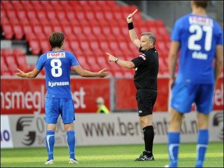 SÅ RØDT: Theodor Elmar Bjarnason får rødt kort i sluttminuttene på Brann Stadion. Foto: Scanpix