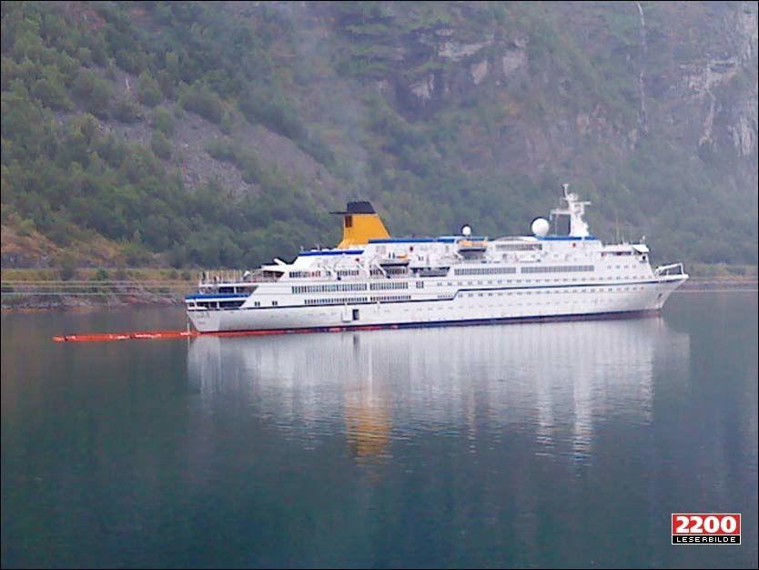LEKKER OLJE: «Spirit of Adventure» lekket olje. Situasjonen er under kontroll og det skal ikke være fare for at oljen når land, sier havnevakt Rita Berstad Maraak.