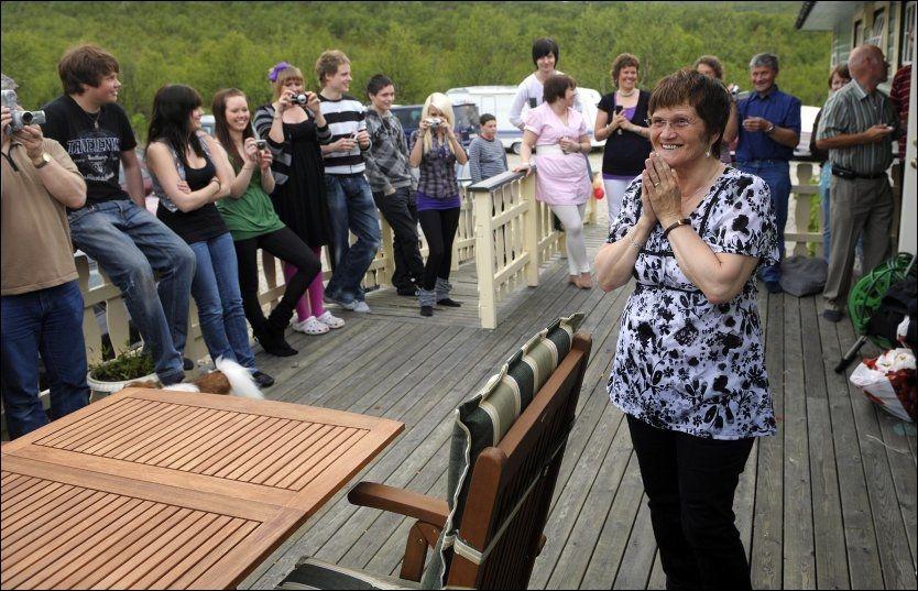 STOR FAMILIE: Ragnhild Kaaby i Indre Billefjord fyller 60 år. Hun har 4 biologiske barn og 3 fosterbarn i tillegg til at omkring 40 barn har bodd hos henne i periode Foto: TERJE MORTENSEN