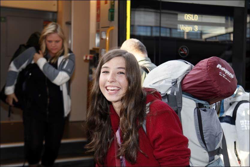 INN PÅ TOPP: Linnea Dale (18) sneik seg uvitende inn på VG-lista som sanger i DonkeyBoy, mens hun togloffet i Tsjekkia, Slovakia og Ungarn. Her etter ankomsten på Oslo S. Foto: Knut Erik Knudsen