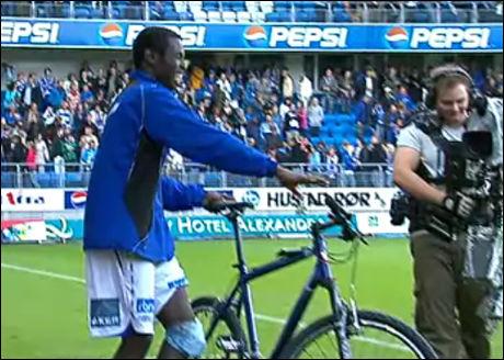 HER ER MAMES SYKKEL: Mame Biram Diouf lo godt da han vant en sykkel i går. Han kan nemlig ikke sykle. Foto: VGTV