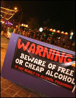 KLAR BESKJED: Dette skiltet møter de som gjester partystedet Ayia Napa denne sommeren. Foto: Rune Thomas Ege