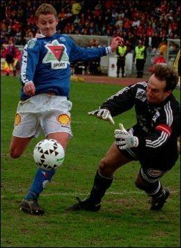 GJORDE STOR SUKSESS: Ole Gunnar Solskjær kom fra nettopp Molde til Manchester United i 1996. Her er han i duell som Molde-spiller mot Frode Grodås. Foto: Scanpix