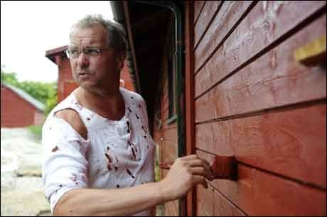 FJØSET FÅR MALIG: Venstre-leder Lars Sponheim har brukt ferien på å male sauefjøset på gården hjemme i Ulvik i Hardanger. Bortsett fra juli og fire dager til, kan han motta diett også i ferien. Foto: Marit Hommedal
