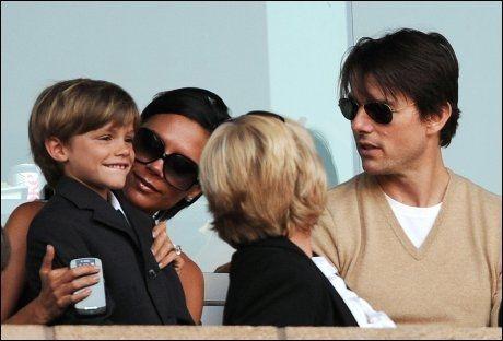 STØTTESPILLERE: Disse støtter David Beckham uansett: Sønnen Romeo (venstre), kona Victoria og kompisen Tom Cruise. Trioen satt på tribunen under vennskapskampen mellom Galaxy og Milan for en uke siden. Foto: AFP