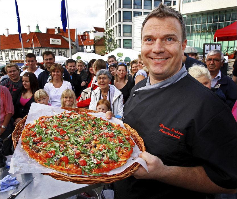 VINNER-OPPSKRIFT: Marius Eriksen vant norgesmesterskapet i pizzabaking under gladmatfestivalen i Stavanger. Foto: Hugo bergsaker