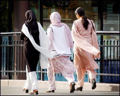 ENIGE: Alle de tre kandidatene er enige om at integrering av innvandrere er viktig. Bildet viser muslimske innvandrerkvinner med tradisjonelle klesdrakter spaserer over Vaterland bro på Grønland i Oslo Foto: Scanpix