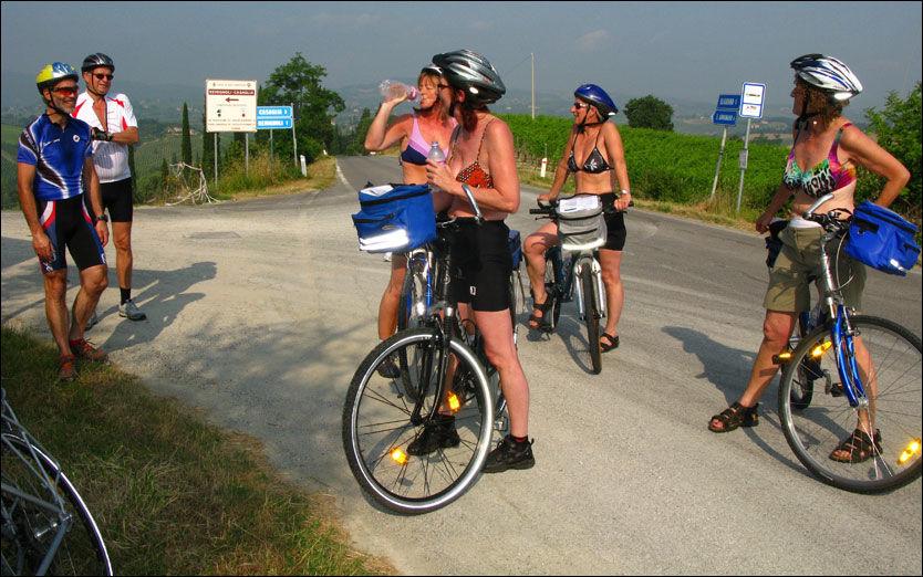 SYKKELTURISTER: Damene har innhentet to andre nordmenn på sykkeltur. Grete Moe, Ildrid Skralthaug, Marit Nilsen og Ingrid Strand slår av en prat med Terje Lund (t.v.) og Vidar Meisingseth. Foto: Bodil Fagerheim.