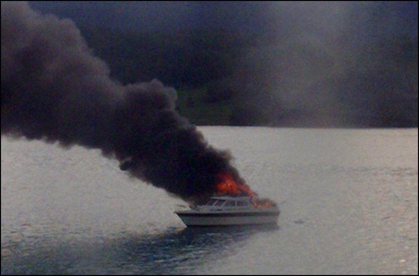 BRANN: Båten sto i full fyr før den til slutt sank. Ingen ble skadet. Foto: Karete Elisabet Samuelsen