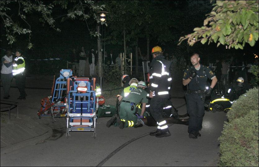 SEKS DØDE: Ambulansepersonell tar hånd om en av de skadede etter storbrannen i Stockholm. Foto: Leo Ahmed/Aftonbladet