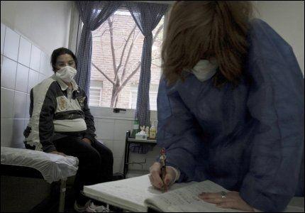FARLIG: En gravid kvinne med svineinfluensasymptomer får hjelp ved et sykehus i Buenos Aires i Argentina. Det viser seg at gravide kan rammes hardere av sykdommen enn andre. Foto: AP