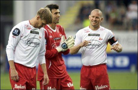 DEBUTANT: Kenny Stamatopoulos (midten) holdt buret rent i FFK-debuten. Her er han sammen med Raio Piiroja (venstre) og Kasey Wehrman. Foto: Scanpix