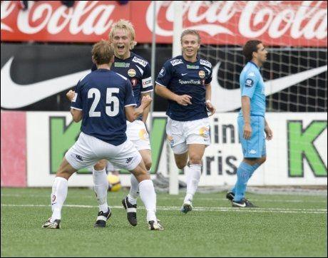 FEIRET: Strømsgodset spiller Fredrik Nordkvelle jublet over sin 1-0 scoring. Med ryggen til jublet godsets Joel Riddez , mens Marcus Pedersen løp til for å gratulere. Foto: Scanpix