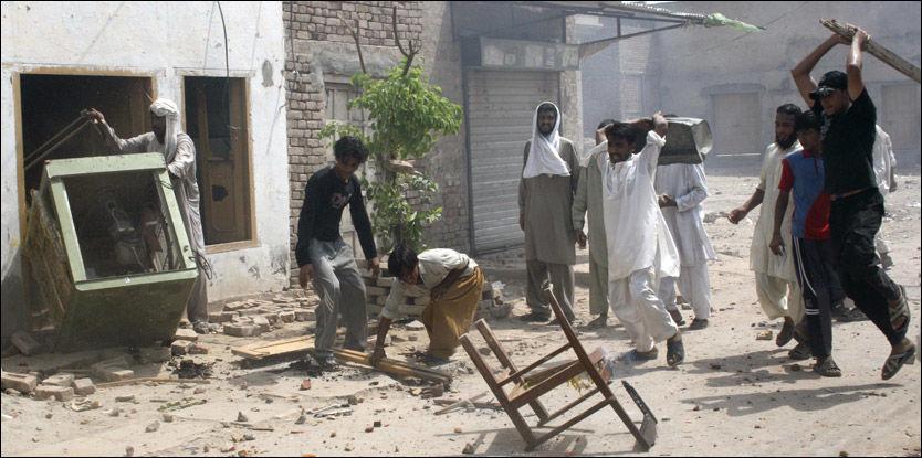 SINTE: Muslimer gjør opprør mot kristne i byen Punjab. Foto: Reuters