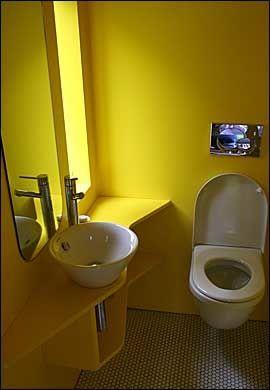 GULT ER KULT: Enkelt, men praktisk. Hvert av hotellrommene midt ute i naturen er utstyrt med toalett og vaskeservant. Foto: Dag Fonbæk