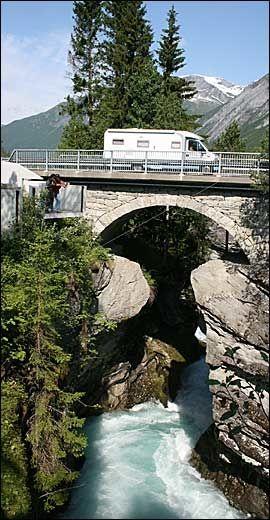 GUDBRANDSJUVET: Landskapshotellet er nærmeste nabo til det frådende elvejuvet - den mest besøkte naturattraksjonen på veien mellom Trollstigen og Geiranger. Foto: Dag Fonbæk