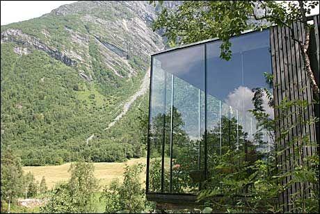 GLASSKUBER: Nennsomt innpasset i terrenget ligger hotellrommene, formet som glass- og trekuber. Foto: Dag Fonbæk