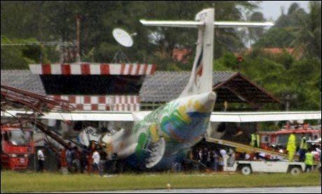 KNUSTE TÅRNET: Det er foreløpig uklart hvorfor passasjerflyet fra Bangkok Airway braste inn i kontrolltårnet på flyplassen på Koh Samui. Det er meldt om dårlig vær i området, men uklart om det hadde innvirkning på landingen. Foto: AP
