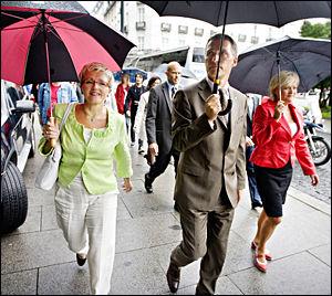 UTENFOR EU: Liv Signe Navarsete, Jens Stoltenberg og kristin Halvorsen er enige om at deres regjeringsprosjekt bygger på at Norge står utenfor EU. Foto: Eivind Griffith Brænde