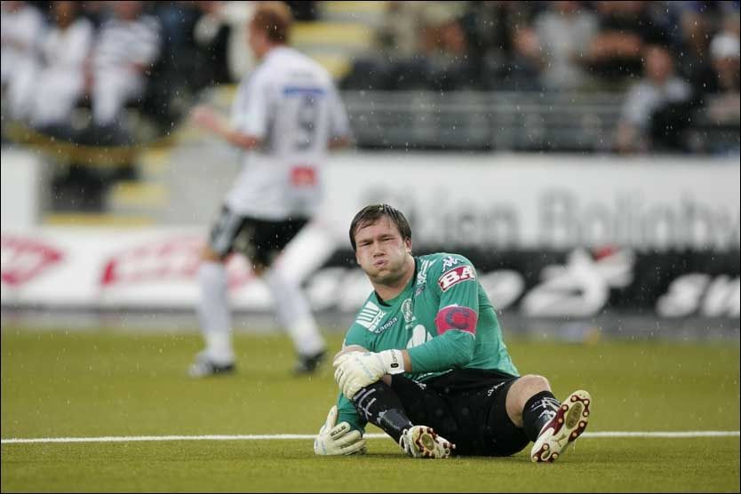 OMDISKUTERT: Branns målvakt Håkon Opdal vrir seg i smerter mens Peter Kovacs (bak) har satt inn 2-0 til Odd under cupkampen mellom Odd og Brann. Foto: SCANPIX