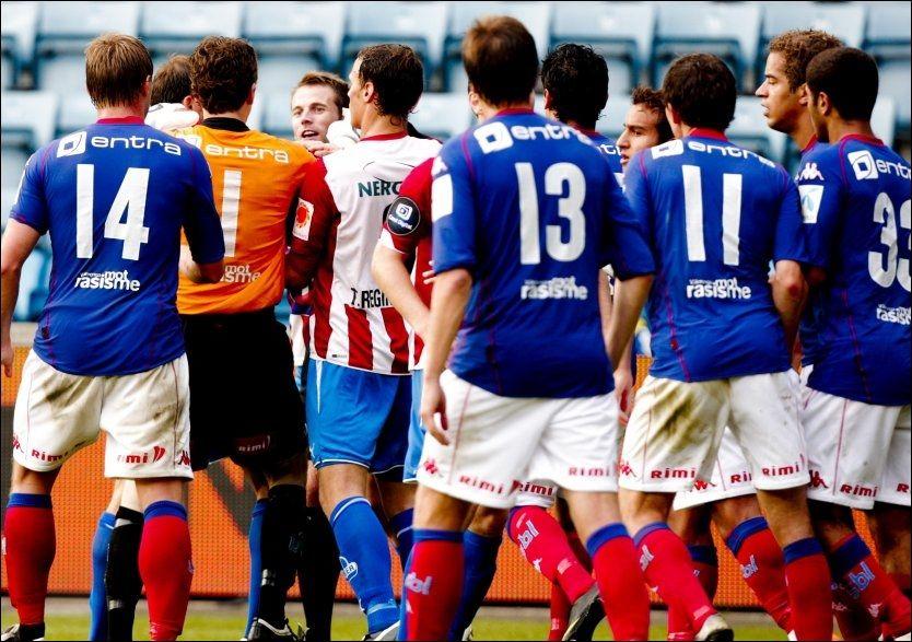 BRÅK: Vålerenga-spillerne tente på alle plugger etter at Morten Moldskred løp mot Troy Perkins med ballen. Foto: Scanpix