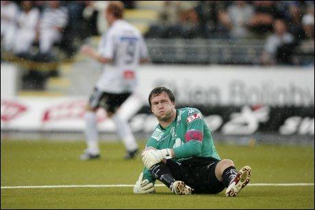 NED FOR TELLING: Håkon Opdal falt sammen med smerter i kneet, men Peter Kovacs (bak) valgte likevel å trille ballen i åpent mål. Foto: Scanpix