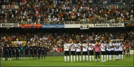 STILLE: Valencia og Arsenal holdt ett minutts stillhet til minne om Dani Jarque lørdag. Foto: AP