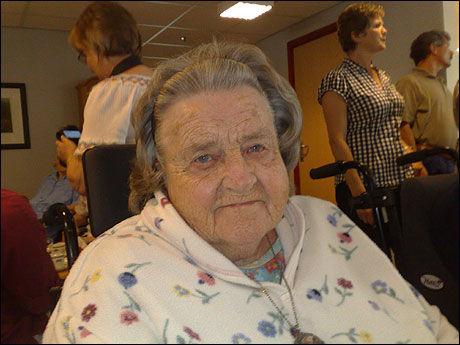 MÅ VENTE MYE: Alfhild Langenes mener det er for få ansatte på pleiehjemmet. Foto: Anne Vinding