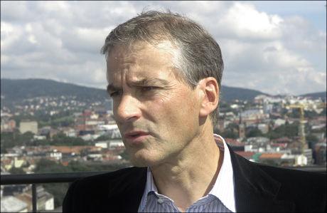 REAGERER: Jonas Gahr Støre mener Fremskrittspartiets forslag om asylmottak i Afrika fortsatt er like søkt, og forteller at det er veldig dårlig bruk av skattebetalernes penger. Foto: Scanpix