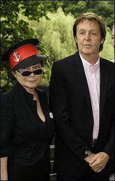 FORBILDENE: Yoko Ono og Paul McCartney da kampanjen Meat Free Mondag ble lansert i London 15.juni i år. Foto: AP