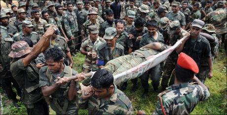 DREPT: Lederen av LTTE, Velupillai Prabhakaran, ble drept av srilankiske myndigheter i mai. Dette bildet er tatt etter at liket ble fraktet bort av srilankiske styrker. Nå skal en norsk-tamil være Prabhakarans arvtaker. Foto: AFP