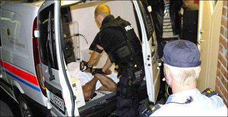 PÅGREPET FOR DRAP: Her har bevæpnet politi akkurat pågrepet mannen som er siktet for å ha drept en kvinne med kniv på Ellingsrud natt til tirsdag. Foto: tipser.no / DANIEL DALE LAABAK