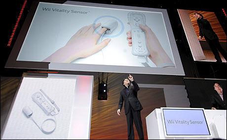 NYTT TILBEHØR: Nintendo-sjef Satoru Iwata avduker Wii Vitality Sensor under spillmessen E3 i juni 2009. Foto: EPA