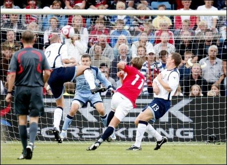 MÅL NUMMER TO: Morten Gamst Pedersen skrur ballen forbi muren og i mål, og gjør dermed 4-0 for Norge mot Skottland. Foto: Scanpix
