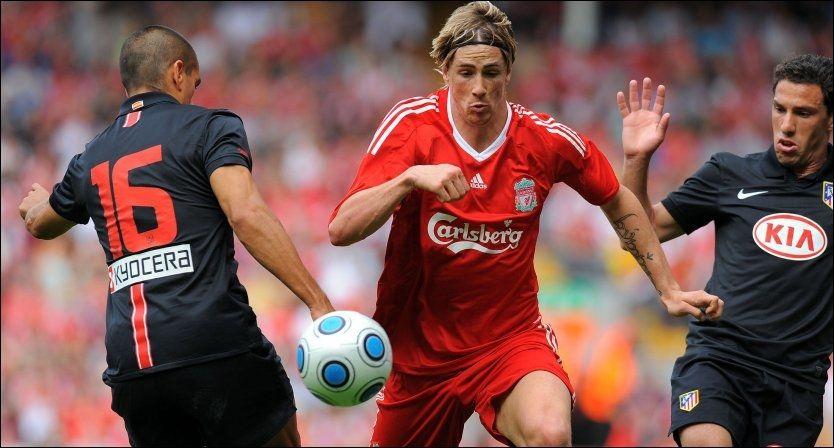 MÅ VISE SEG FREM: Fernando Torres - tar seg her forbi Athletico Madrids Juanito (venstre) og Maxi Rodriquez i en treningskamp i sommer - mener slagplanen er klar for sesongen. Foto: AFP