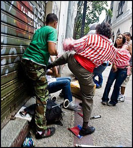 BRUTALT: Forsvarsløse journalister ble angrepet med slag og spark. Foto: AFP