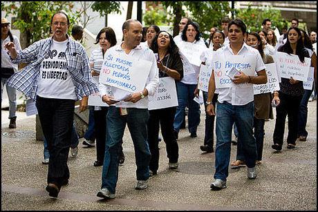 FREDELIG DEMONSTRASJON: «Journalistikk er frihet» var blant slagordene til journalistene som protesterte mot den nye utdanningsloven i venezuela. Foto: AFP